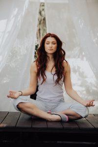 Attraktive Frau meditiert