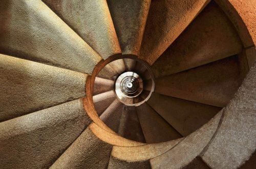 Abwärtsführende, architektonische Spirale