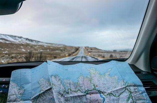 Landkarte liegt in Autofenster
